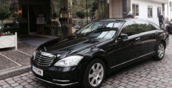 Hier sehen Sie einen unserer Mercedes S-Klasse vor einem Hotel - Diamond Limousine Service GmbH