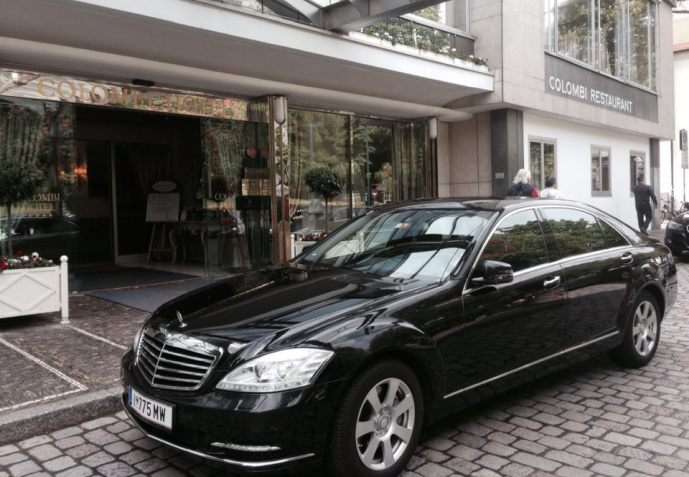 Hier sehen Sie eine Mercedes S-Klasse Limousine - vor einem Hotel wartend auf seine Gäste