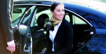 Hier sehen Sie eine zufriedene Dame, die mit Diamond Limousine Service GmbH aus Tirol - Vip-Limousinenservice gereist ist - hier für Privatiers